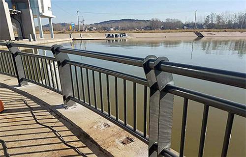 内蒙古呼伦贝尔不锈钢立柱-桥梁护栏-亮洁护栏厂