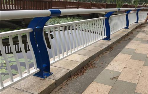 内蒙古通辽镀锌喷塑立柱-桥梁护栏-亮洁护栏厂