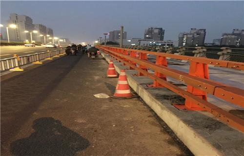 廣西展鴻護欄廠復合管橋梁欄桿實地查看